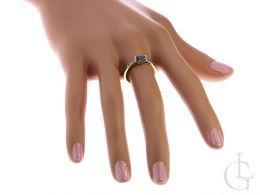 złoty pierścionek na zaręczyny z topazem i cyrkoniami na palcu na dłoni złoto próba 0.585 14ct