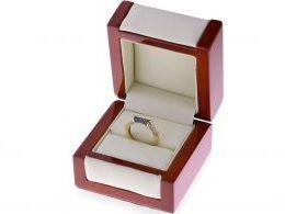 pierścionek ze złota na palcu złoty pierścionek z czarnymi i klasycznymi brylantami diamentami nowoczesny wzór