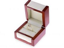 złoty pierścionek w pudełku czterolistna koniczyna symbol szczęścia cyrkonie złoto żółte