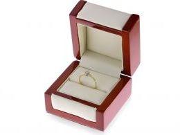 pierścionek zaręczynowy w pudełku klasyczny wzór jeden centralny kamień zaręczyny złoto żółte próba 0.585 14ct