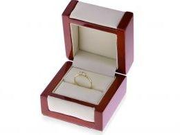 pierścionek zaręczynowy w pudełku złoto żółte dwie cyrkonie elegancki pierścionek złoty na zaręczyny