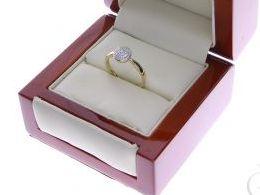 pierścionek złoty zaręczynowy ekskluzywny z brylantami diamentami brylant diament czarne diamenty czarny diament zaręczyny złoto żółte 14K 0.585 pierścionek na palcu w pudełku realne zdjęcie zdjęcia pierścionek zaręczynowy na rocznicę pamiątkę mikołaja po