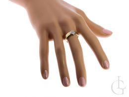 pierścionek na palcu złoty pierścionek zaręczynowy z brylantami w sercu złoto żółte 0.585