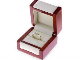 pierścionek w pudełku złoty pierścionek zaręczynowy z brylantami w sercu złoto żółte 0.585