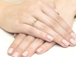 złoty pierścionek na zaręczyny z dużym  brylantem w centralnej części złoto żółte próba 0.585 14ct pierścionek na palcu dłoni realne zdjęcie