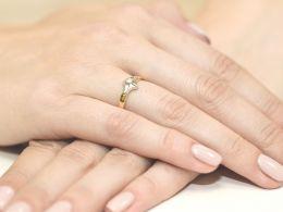 złoty pierścionek z brylantem klasyczny wzór pierścionka złoto żółte i białe próba 0.585 14ct pierścionek na palcu dłoni realne zdjęcie zdjęcia