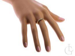 pierścionek złoty zaręczynowy z brylantem na palcu na ręce złoto żółte i białe 0.585