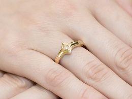 złoty pierścionek zaręczynowy z brylantem złoto żółte 0.585 14ct pierścionek na palcu dłoni realne zdjęcia prezent