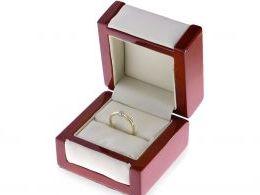 pierścionek złoty z brylantem diamentem w pudełku złoto żółte diament brylant zaręczyny