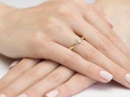 pierścionek złoty z brylantem diamentem na palcu na ręce złoto żółte diament brylant zaręczyny
