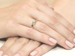 pierścionek zaręczynowy złoty z brylantem złoto żółte i białe klasyczny wzór złoto próba 0.585 14ct pierścionek na palcu dłoni realne zdjęcie zdjęcia