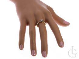 złoty pierścionek na palcu złoto żółte cyrkonie próba 0.585 14ct