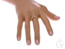złoty pierścionek z cyrkoniami na palcu złoto żółte