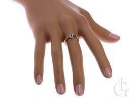 delikatny subtelny pierścionek złoty zaręczynowy na palcu