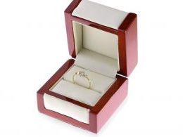 złoty pierścionek zaręczynowy w pudełku