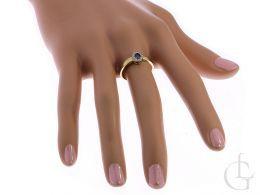 złoty pierścionek zaręczynowy na palcu na dłoni fioletowa cyrkonia złoto żółte 14K 0.585