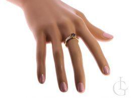 złoty pierścionek zaręczynowy z granatem i brylantami diamentami pierścionek na palcu na ręce w pudełku