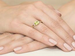pierścionek zaręczynowy z oliwinem naturalnym zielony kamień brylanty diamenty złoto żółte klasyczne próba 0.585