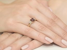 ekskluzywny pierścionek zaręczynowy złoty z granatem naturalnym i brylantami złoto żółte próba 0.585 14ct pierścionek na palcu realne zdjęcia zdjęcie prezent