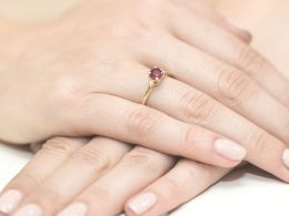 złoty pierścionek zaręczynowy z rubinem i brylantami diamentami złoto żółte brylanty diamenty prezent dla żony dziewczyny