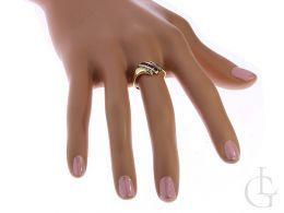 pierścionek złoty na dłoni na palcu rubinowe czerwone kamienie złoto żółte 14K próba 0.585