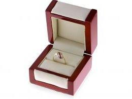 pierścionek złoty w pudełku rubinowe czerwone kamienie złoto żółte 14K próba 0.585