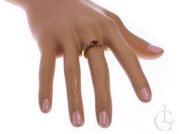 złoty pierścionek z rubinem na palcu pierścionki zaręczynowe złoto żółte próba 0.585