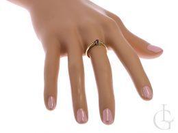złoty pierścionek zaręczynowy z rubinem na palcu pierścionki zaręczynowy różne wzory