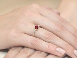 ekskluzywny pierścionek z rubinem naturalnym duża ogromna korona brylanty brylant diamenty diament rubin pierścionek na palcu realne zdjęcie foto