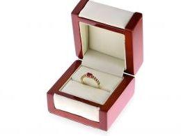 złoty pierścionek z rubinem w pudełku pierścionki zaręczynowe złoto żółte próba 0.585