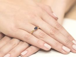 złoty pierścionek zaręczynowy z szafirem naturalnym i brylantami diamentami na palcu pierścionki zaręczynowe różne wzory