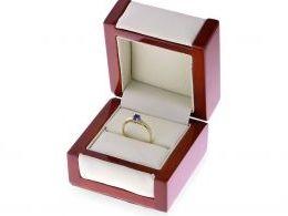 zmysłowy pierścionek złoty zaręczynowy  w pudełku złoto żółte szafir cyrkonie