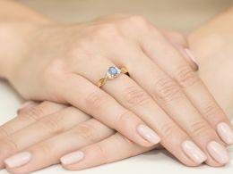 złoty pierścionek zaręczynowy z tanzanitem tanzaniy z brylantami diamentami złoto próba 0.585 14K pierścionek na palcu dłoni realne zdjęcie zdjęcia prezent