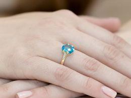 złoty pierścionek zaręczynowy z dużym centralnym kamieniem topazem naturalnym i brylantami złoto żółte próba 0.585 pierścionek na palcu realne zdjęcie prezent dla żony dziewczyny zaręczyny rocznicę ślubu pod choinkę na mikołaja na walentynki dzień kobiet