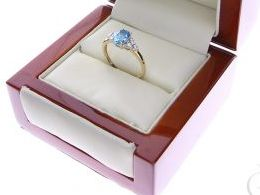 pierścionek złoty zaręczynowy z topazem topaz diamentami brylantami brylanty diamenty złoto żółte 14K 0.585 pierścionek na palcu w pudełku realne zdjęcie zdjęcia pierścionek zaręczynowy na rocznicę pamiątkę mikołaja pod choinkę
