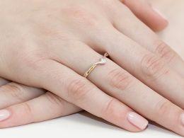 pierścionek złoty z brylantami diamentami na palcu na ręce realne zdjęcie zdjęcia klasyczny wzór brylanty diamenty złoto żółte próba 0.585 14k