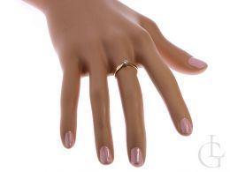 pierścionek zaręczynowy na palcu na dłoni klasyczny wzór pierścionka zaręczynowego złoto żółte próba 0.585 14ct
