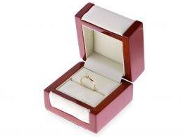 pierścionek zaręczynowy w pudełku klasyczny wzór pierścionka zaręczynowego złoto żółte próba 0.585 14ct