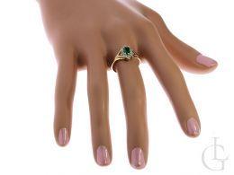 złoty pierścionek zaręczynowy na palcu na ręce markiza szmaragd cyrkonia złoto żółte 0.585 14ct