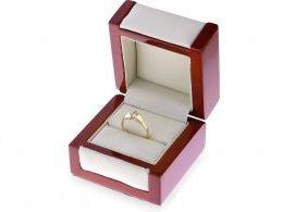 złoty pierścionek zaręczynowy w pudełku złoto żółte jeden centralny kamień