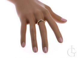 pierścionek złoty zaręczynowy na palcu na dłoni złoto żółte złoto białe cyrkonia zaręczyny