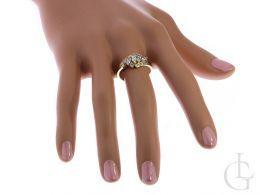 ekskluzywny złoty pierścionek na palcu nowoczesny wzór cyrkonie złoto żółte klasyczne próba 0.585 14ct