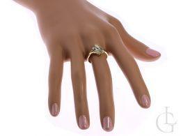 złoty pierścionek ekskluzywny na palcu na dłoni złoto żółte próba 0.585 14ct