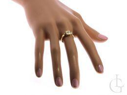 złoty pierścionek zaręczynowy na palcu na dłoni złoto żółte próba 0.585 14ct