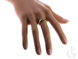 pierścionek złoty na palcu na dłoni klasyczny wzór pierścionka zaręczynowego złoto żółte
