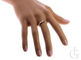 złoty pierścionek zaręczynowy na palcu na ręce z brylantem diamentem złoto żółte białe próba 0.585 14k