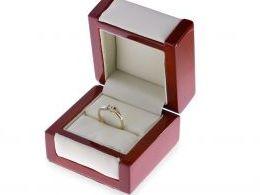 złoty pierścionek zaręczynowy z brylantem w pudełku diamentem złoto żółte białe próba 0.585 14k