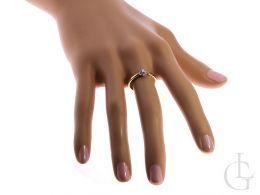 pierścionek złoty z brylantem z diamentem na palcu na ręce klasyczny wzór pierścionka złoto żółte złoto białe próba 0.585 zaręczyny prezent dla dziewczyny