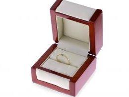 złoty pierścionek zaręczynowy w pudełku złoto żółte brylant diament