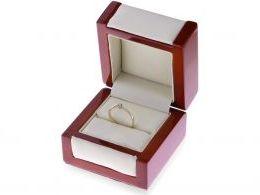 pierścionek zaręczynowy z brylantem w pudełku diament brylant klasyczny delikatny wzór złoto żółte próba 0.585